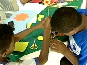 Crianças aprendem a fabricar o presente para as mães (Foto: Reprodução/TV Integração)