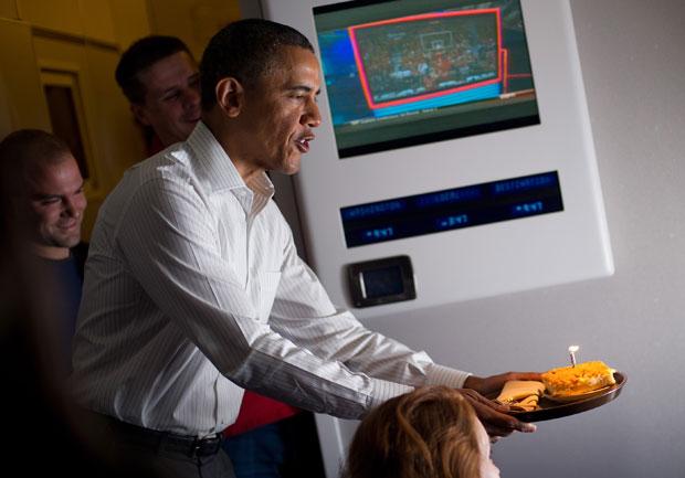 Obama surpreende jornalista aniversariante a bordo do Força Aérea Um (Foto: Mandel Ngan/AFP)