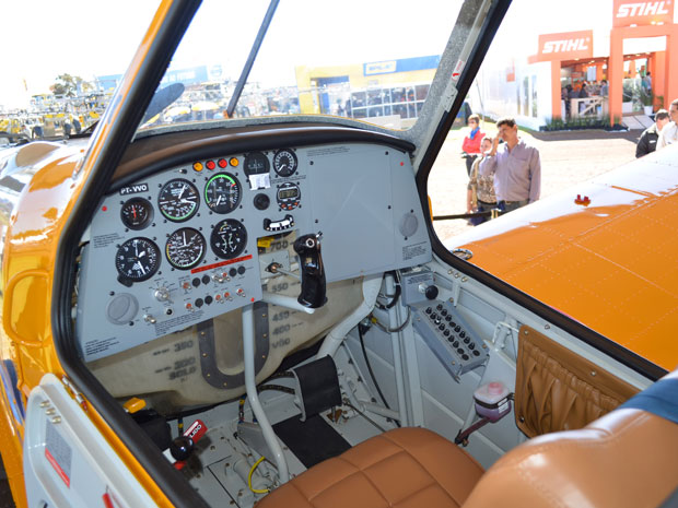 Painel do avião movido a etanol (Foto: Clayton Castelani/G1)
