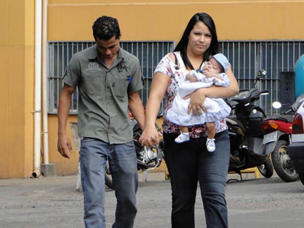 Pais levam criança para casa após internação (Foto: Pedro Triginelli/G1)