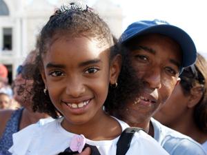 Emili comemorou acompanhada do pai, Valdir. (Foto: Egi Santana/ G1)