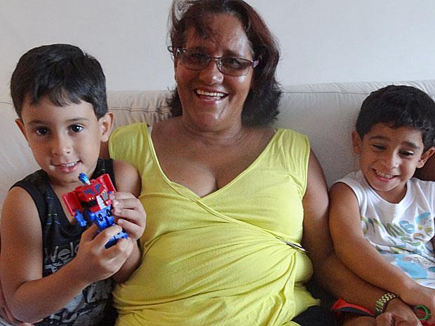Rozinete Serrão com os netos gêmeos Antônio Bento e Vitor Gabriel (Foto: Luna Markman / G1)