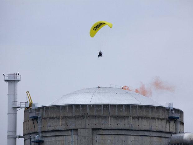 Ativista do Greenpeace entra de ultraleve em usina nuclear na França (Foto: Reuters/Lagazeta/Greenpeace/Divulgação)