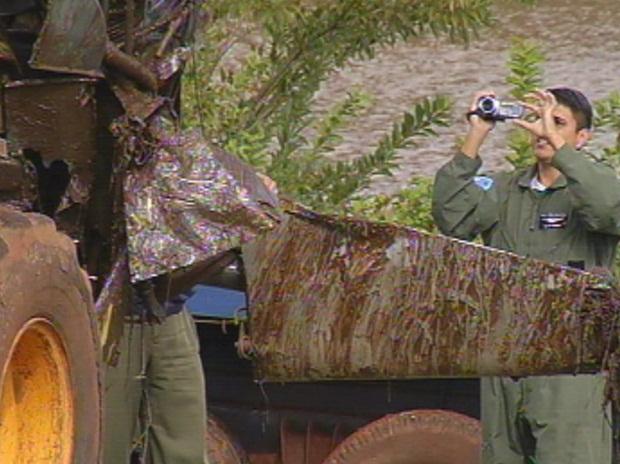 Técnicos da FAB acompanharam a retirada e vão apurar as causas do acidente. (Foto: reprodução/TV Tem)