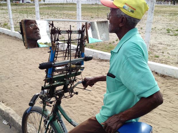 Ciclista coloca espelho em bicicleta para evitar acidentes na Paraíba (Foto: Walter Paparazzo/G1)