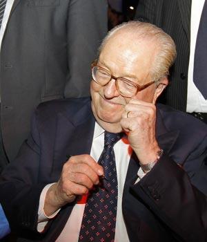 Jean Marie Le Pen reage aos resultados do primeiro turno, em 22 de abril, em Paris (Foto: AP)