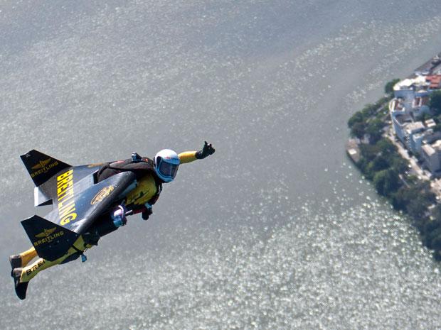 Jetman sobrevoa o Rio de Janeiro (Foto: AP/John Parker, Breitling )