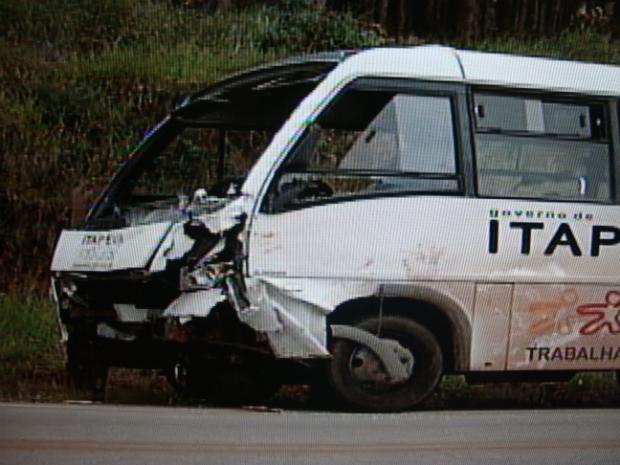 Micro-ônibus acidente em Itapeva (Foto: Reprodução TV Tem)