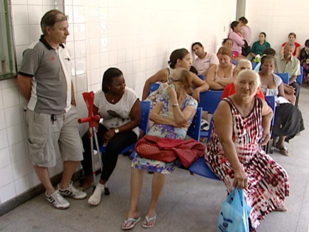 Moradores esperam até 10 horas por atendimento no PA de Viana, no Espírito Santo (Foto: Reprodução/TV Gazeta)