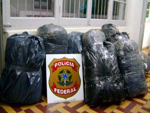 Polícia Federal apreendeu mais de 140 kg de roupas (Foto: Divulgação/PF)