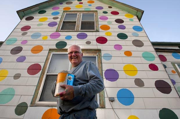 Jim Deitz pintou com bolinhas coloridas um pequeno prédio de apartamentos. (Foto: Eric Hylden/Grand Forks Herald/AP)
