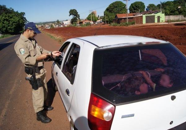 Duas crianças estavam sentadas no bagageiro do veículo sem nenhuma segurança (Foto: Divulgação/PRF)