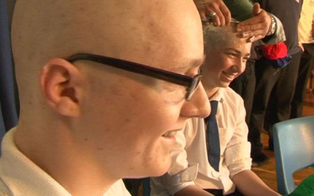Estudantes raspam a cabeça em homenagem ao colega (Foto: BBC)