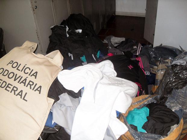 Roupas apreendidas com jovem em Uruguaiana, RS (Foto: Divulgação/PRF)