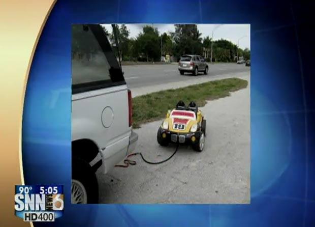Casal de avôs foi flagrado rebocando carrinho de criança com neta dentro. (Foto: Reprodução)