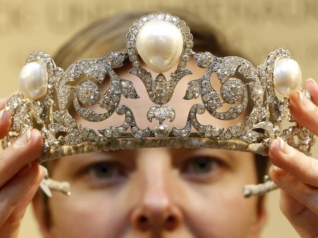 Uma funcionária da casa de leilões Sotheby's exibe a 'Tiara Murat' em Zurique, nesta quarta-feira (2). A peça, com pérolas e diamantes, criada em 1920 por Joseph Chaumet  deve ser vendida por US$ 1,5 milhão a US$ 2,5 milhões. Tiara possui uma das maiores pérolas naturais já registradas e será oferecida em um leilão da Sotheby's em Genebra, em 15 de maio (Foto: Reuters)