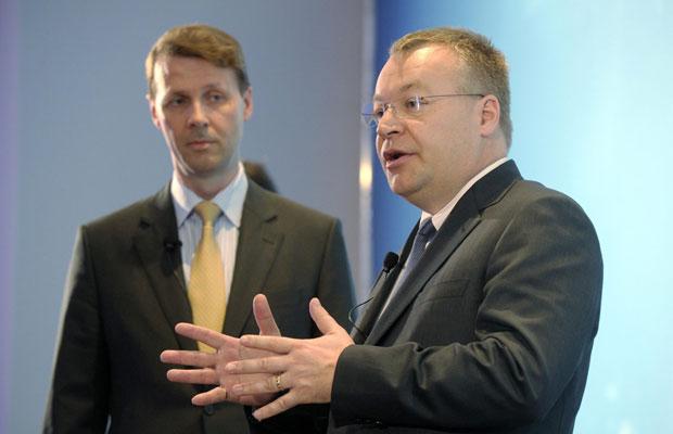 Risto Siilasmaa, novo presidente do conselho da Nokia, ao lado do CEO, Stephen Elop, durante reunião com investidores (Foto: Markku Ulander/Lehtikuva/Reuters)