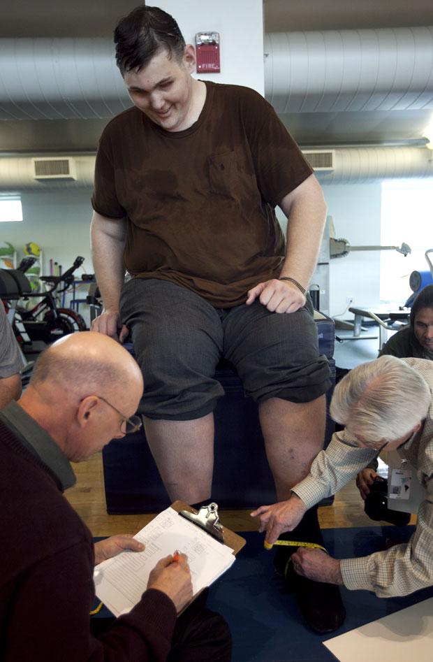 Igor Vovkovinskiy tem os pés medidos por especialistas (Foto: Steven Senne/AP)