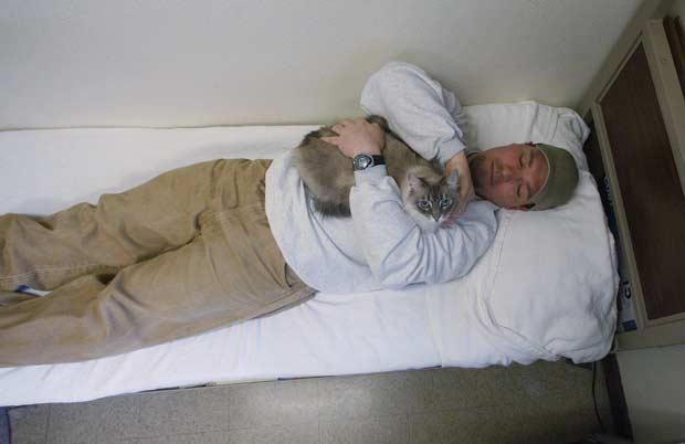 O preso Richard Amaro e a gata Clementine (Foto: AP)
