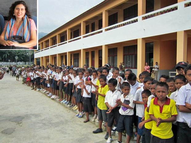 Tunísia e alunos da Escola de Ensino Básico Dr. Sérgio Vieira de Melo, em Dili, no Timor Leste (Foto: Arquivo pessoal)