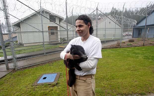 O preso Joseph Contreras e a gata Princess Natalie (Foto: AP)