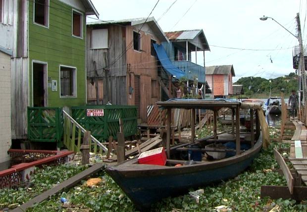 Barco parada em via do bairro da Glória (Foto: Reprodução/TV Amazonas)