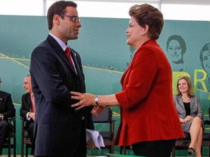 O novo ministro Brizola Neto ao cumprimentar a presidente Dilma Rousseff (Foto: Roberto Stuckert Filho / Presidência)