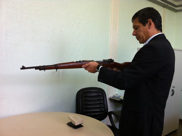 Delegado da 15ª DP, em Ceilândia, mostra  de uso exclusivo das Forças Armadas apreendido nesta quarta-feira (Foto: Káthia Mello/G1)
