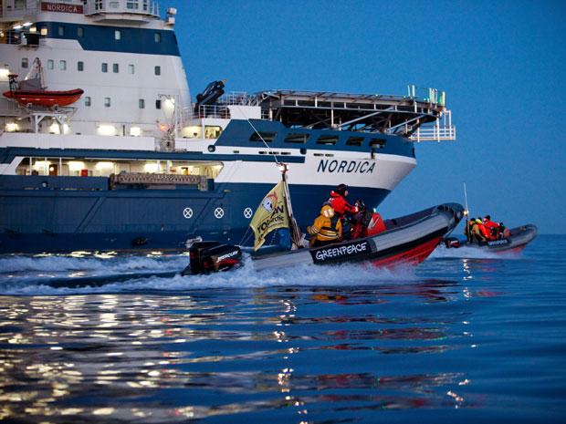 Ativistas do Greenpeace bloquearam um navio quebra-gelo na costa da Suécia na manhã desta quinta-feira (3), em uma tentativa de impedir os planos da Shell de explorar petróleo no Oceano Ártico, segundo afirmou o próprio grupo de ambientalistas. (Foto: Kajsa Sjolander/Greenpeace/AFP)