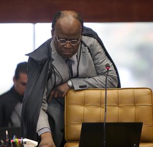 Ministro Joaquim Barbosa, relator, se prepara para o voto a favor de cotas raciais no Prouni. (Foto:  Foto: Carlos Humberto/SCO/STF)