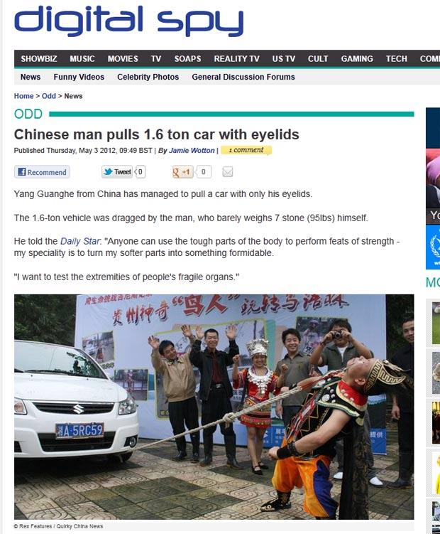 Yang Guanghe puxou um carro de 1,6 tonelada com ganchos presos em suas pálpebras. (Foto: Reprodução)