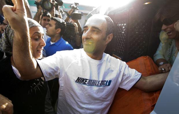Hagai Amir faz sinal da vitória ao ser libertado nesta sexta-feira (4) (Foto: AFP)