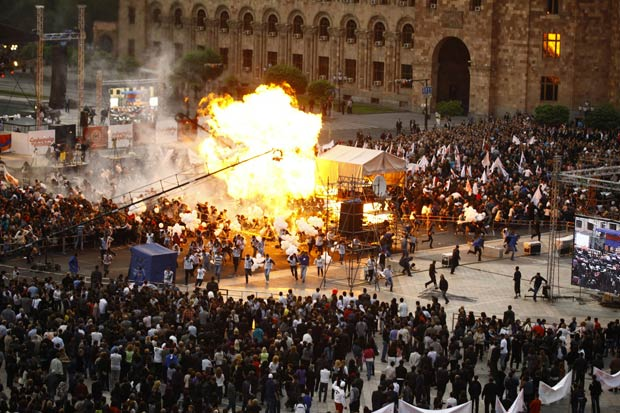 Momento da explosão durante comício nesta sexta-feira (4) em Yerevan, na Armênia (Foto: Reuters)