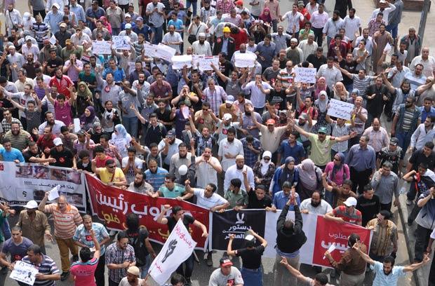 Manifestantes rumam para o prédio do Ministério do Interior, no Cairo, nesta sexta-feira (4) (Foto: AP)