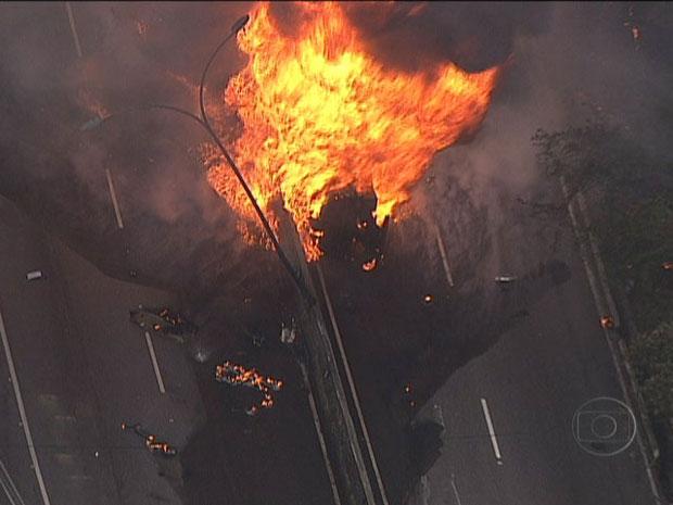Caminhão-tanque pegou fogo nesta sexta-feira (4) no Rio (Foto: Reprodução TV Globo)