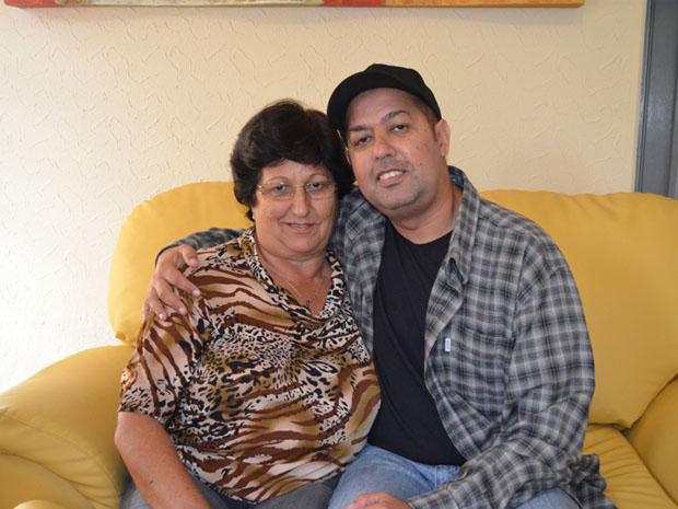 Dona Vera e o filho Clodoaldo: transplante que salvou a vida dele. (Foto: Lucas Soares / G1)