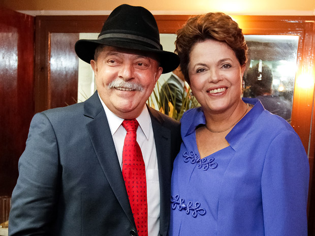 A presidente Dilma Rousseff com o ex-presidente Luiz Incio Lula da Silva, que recebeu ttulo de Doutor Honoris Causa de universidades federais do Rio (Foto: Roberto Stuckert Filho / Presidncia)