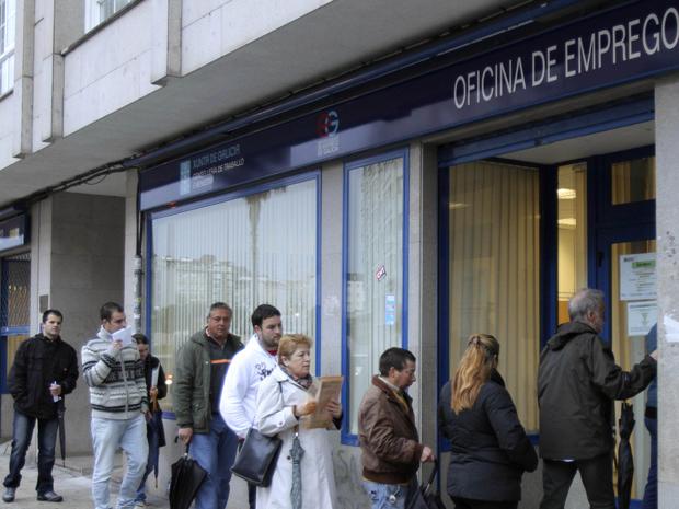 Pessoas fazem fila em uma agência de emprego do governo em Pontevedra, nordeste da Espanha  (Foto: Reuters)