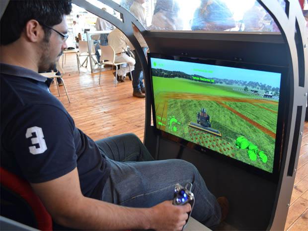 O estudante de agronomia Mailson José Rodrigues simula operação do trator do futuro (Foto: Clayton Castelani/ G1)
