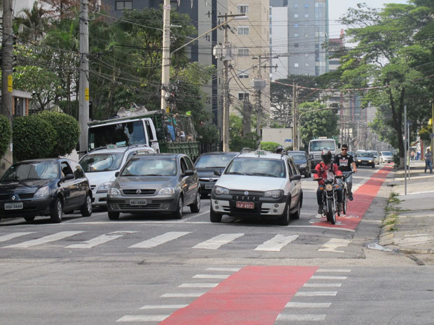 Motociclistas trafegam pela ciclofaixa, infração gravíssima que prevê multa e sete pontos na carteira (Foto: Juliana Cardilli/G1)