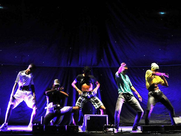 Dançarinos fazem a batalha do passinho (Foto: Alexandre Durão/G1)