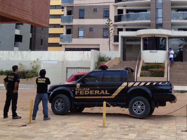 Polícia Federal fez buscas em um apartamento de Intermares, em Cabedelo (Foto: Walter Paparazzo/G1)