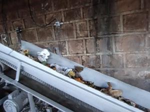 Lixo é seperado e passa por triturador para servir de base para produto (Foto: Divulgação/Marcelo dos Santos)