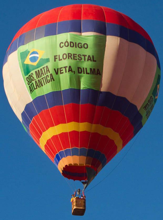 """Balão tripulado de 35 metros de altura com frase """"Veta, Dilma"""" sobrevoa Agrishow  (Foto: Foto: Alfredo Risk/ Futura Press/ AE)"""