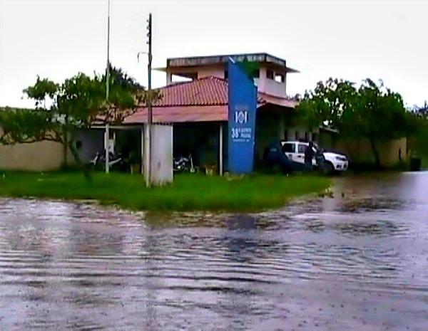 Água do Paraná do Ramos invadiu delegacia (Foto: Reprodução/TV Amazonas)