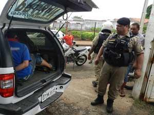 Depois de 45 minutos de negociação, suspeitos foram detidos (Foto: Felipe Santos/G1)