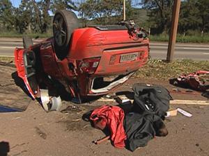 Carro capota e uma mulher morre na BR-040, em Nova Lima. (Foto: Reprodução/TV Globo)