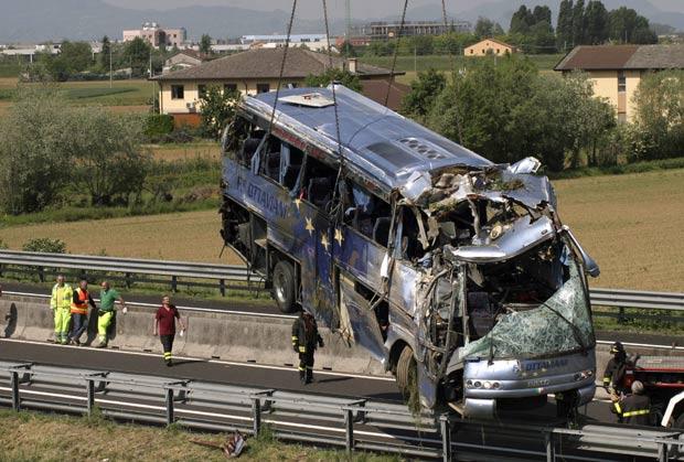 Acidente ocorreu na estrada A13, no trecho da localidade italiana de Legnario. (Foto: Michele Agostinis/Lapresse/AP)