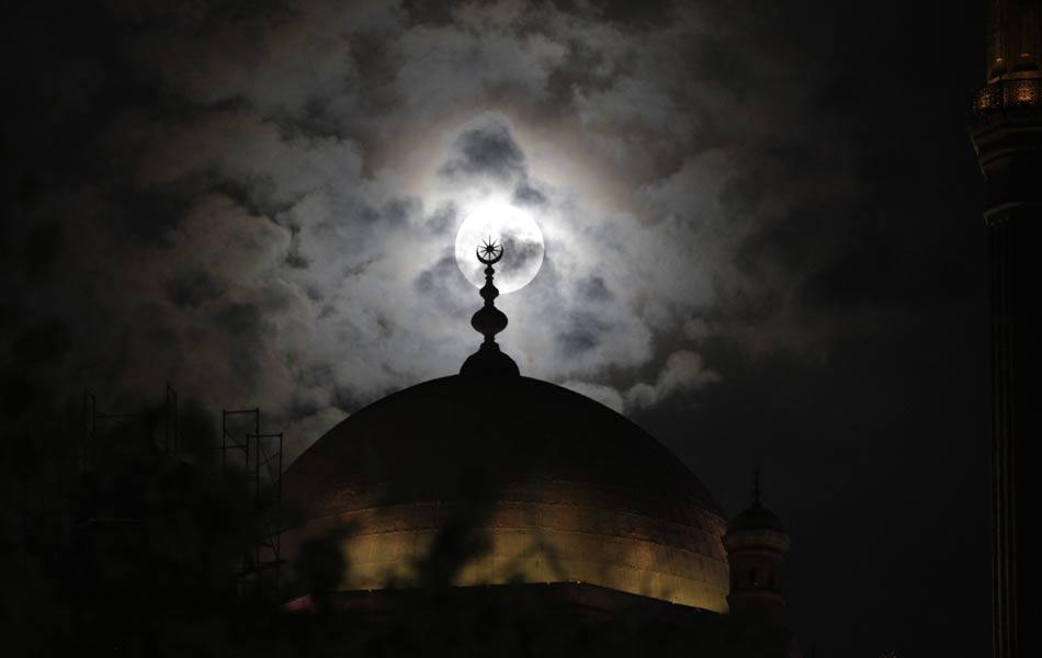 Lua Cheia surge atrás da Mesquita de Muhammad Ali, no Cairo (Egito), neste sábado (5). Na noite de hoje deve ocorrer o fenômeno chamado 'Superlua', no qual o astro aparecerá 14% maior e 30% mais brilhante do que nas outras Luas Cheias do ano.