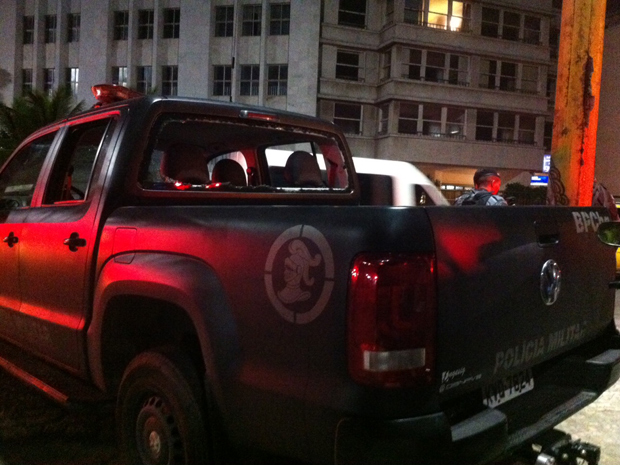 Segundo a PM, vidro do carro da polícia foi quebrado por manifestantes (Foto: Aline Pollilo/G1)